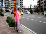 【スクープ】道路に佇む不気味な女!