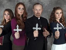 """""""ド美女""""を含む、10代のエクソシスト・ガールズ3人組が、危険な神父にたぶらかされ……=米"""