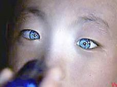 """「光る目」を持つ中国人少年  """"暗闇で物が見える""""特殊能力に、眼科医も驚愕"""