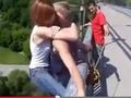 【動画】超怖い愛の確かめ方があった! 命綱なしのクレイジー・バンジージャンプ
