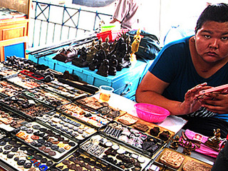妊娠させた女の腹を裂いて金粉まぶした「クマトーン」!?  タイの呪物マーケット「タープラチャン市場」