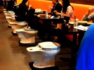 【絶景か、絶望景か? 便器まみれのトイレ・カフェが世界各国でブレイク中!