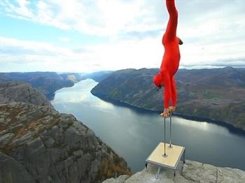 【動画】崖の上で逆立ち!! 超危険なチャレンジと大絶景で、お尻のそわそわ感が止まらない!