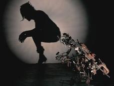 """""""動物の死骸とゴミ""""で作った生々しい人影! 気配すら感じさせる超絶緻密アート!"""