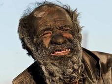 """60年間お風呂に入らず""""岩になった""""80歳! 糞タバコ、髪焼き・・・""""極""""フリースタイルな生活とは?"""
