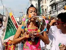 顔面串刺しパレード! プーケットの菜食主義者の祭りが痛々しすぎる!!