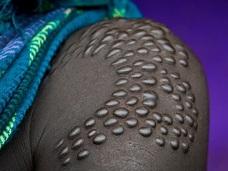 「針とカミソリで肌に模様を刻む」! アフリカの部族に伝わる風習、スカリフィケーションの実態とは!?