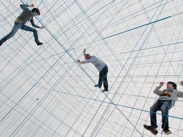 【未来型ジャングルジム】人の感覚を狂わせる!? 白と直線が織り成す空間の未来感がハンパない!