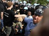 市民を組み伏せる、犬に銃を向ける…  警察の野蛮な姿がTwitterで拡散!