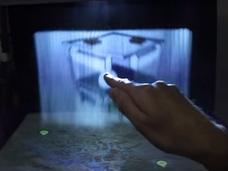 空中に浮かぶ立体映像をグリグリ操作! SF映画の光景が現実に!
