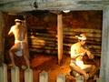 タッチOKの巨大黄金とイケメンたちがお出迎えする『土肥金山』