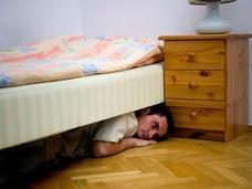 ベッドの下に隠れていた虹男!? 身の毛もよだつ超危険ストーカー事件=英国