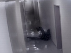 【恐怖】黒い影に引きずられる男の姿が防犯カメラに!! 幽霊か、それとも…?
