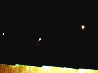 夜空に浮かんだ謎の光!! 複数のUFOが40分間ホバリングか!?