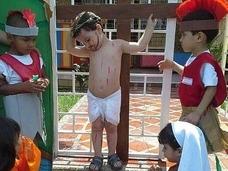 幼稚園のお遊戯でキリストの磔&鞭打ち!? キッズたちの苦悶の演技が物議を醸す!!