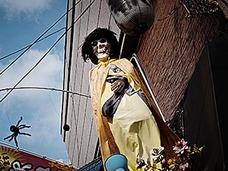 【スクープ】鮮明激写 真っ昼間に堂々現れたフライング骸骨、ついに捕まる!!