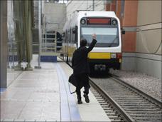 飛び込み自殺は特急列車に限らない ― 大久保駅で目撃した事故から考える、心理状況とは?