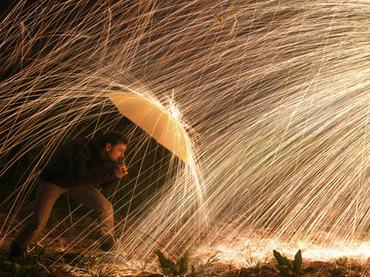 「人差し指と中指で雨を止めることができる」芸人キックが説く、絶対に雨に濡れない2つの方法!!