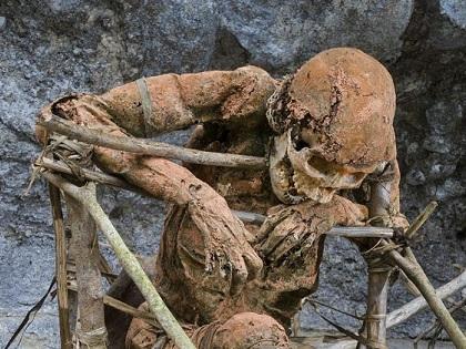 """村の番人となった""""燻製ミイラ""""!? 南国に住む「アンガ族」、驚愕の遺体処理儀式とは!?"""