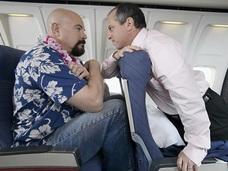 """「リクライニングできない!!」究極の""""嫌がらせガジェット""""をめぐるトラブルで航空機が緊急着陸=米"""