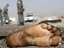 「切断された足」が海からやって来る ― 謎のスニーカー未解決事件!