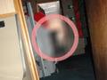 斧を手にこちらを覗き込む男!? 軍艦内で撮影された恐怖の写真に、警察もお手上げ!