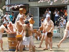【動画・写真】奥秩父の奇祭「甘酒こぼし」 ― 裸の漢たちが200リットルの甘酒をぶっかけ合うカオス
