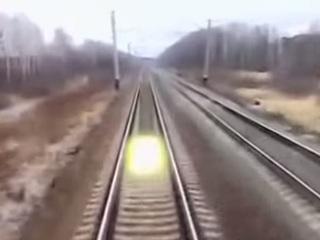 【衝撃動画】列車を追いかけるUFOが多数出現!? テレビで話題に