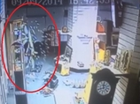 ポルターガイスト現象!? 防犯カメラが捉えた、突然砕け散るガラスの扉!