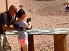 4歳のキッズが喜ぶ「初めてのライフル」 ― 米で銃規制巡る議論再燃