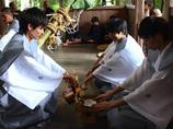 【動画】集落の若者たちの「謎のふにゃふにゃステップ」 ― 近江の奇祭「芋競べ祭り」