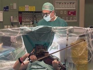 【衝撃動画】脳手術中でもバイオリンを弾き続ける音楽家!!