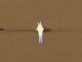 """美しい!!  火星に佇む""""発光エイリアン""""が激写される! 地底人の可能性も?"""
