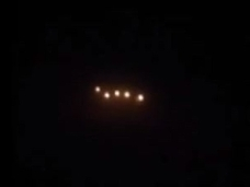 【動画】「UFOが放つ光は見たことがないくらい明るい」旅客機の乗客が撮影した、円盤型の光!
