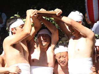 【【奇祭】半裸の20人が一斉にずっこける!! 「神ころばしと七十五膳」