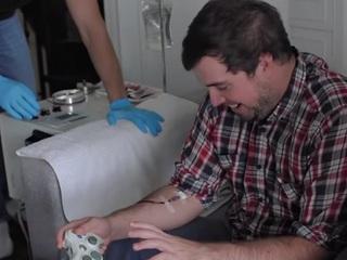 ゲームでダメージを受けると血を抜かれる、究極の没入型ゲーム機器「Blood Sport」!