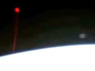 真っ赤なビームで地球が攻撃されている!? 国際宇宙ステーションがUFO激写!!