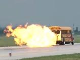 世界最速のバスと自転車!? 時速590キロで爆走するスクールバス映像がヤバすぎる!
