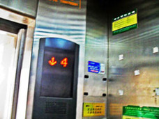 """メンテナンス不足による死亡事故発生も……中国""""暴走""""エレベーターに有料化の波!?"""