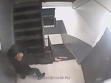 ギャング系映画の真似をした犯罪者の一部始終が監視カメラに捉えられていた!