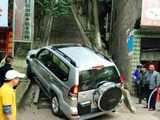 トヨタ車が200mの石段を走破! 中国人「道があるところに、トヨタあり」「巧妙なステマか?」