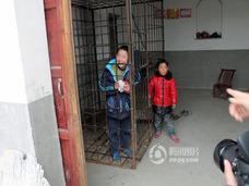 「俺だって、閉じ込めたくはない……」中国農村部で、ADHDの息子を檻に幽閉する父親の苦悩