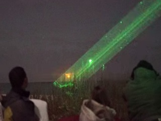 """【驚愕UFO動画】夜空に現れた""""双子の光""""とレーザービーム!! 「第5種接近遭遇」ついに実現か!?=米"""