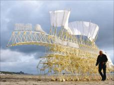 「ストランドビースト」歩行する風の獣たち ― テオ・ヤンセンの空気圧生命体