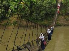 世界一危険な通学路!! 農村部の子どもは毎日命懸け、発展するインドネシアで格差広がる
