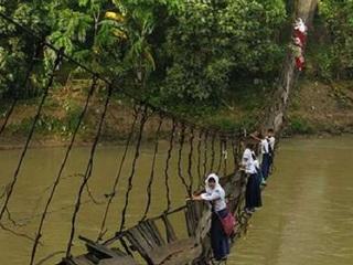 【世界一危険な通学路!! 農村部の子どもは毎日命懸け、発展するインドネシアで格差広がる