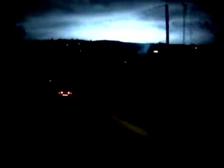 """【ロシアでまた謎の発光現象! 夜空を覆う""""恐ろしい青白い光""""に周囲は騒然!"""
