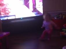 【衝撃動画】幽霊が赤ちゃんを突き飛ばした!? 恐怖に怯える家族「転んだようには見えない」