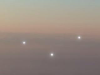 """【衝撃動画】""""存在""""の決定的証拠か!? 旅客機と並んで飛行する3つのUFOオーブ!!"""