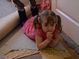カーペットを貪る幼女!! 異常な食欲を抑えられない奇病、「パイカ」とは!?